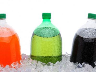 Bebidas azucaradas elevan el riesgo de cáncer colorrectal en mujeres